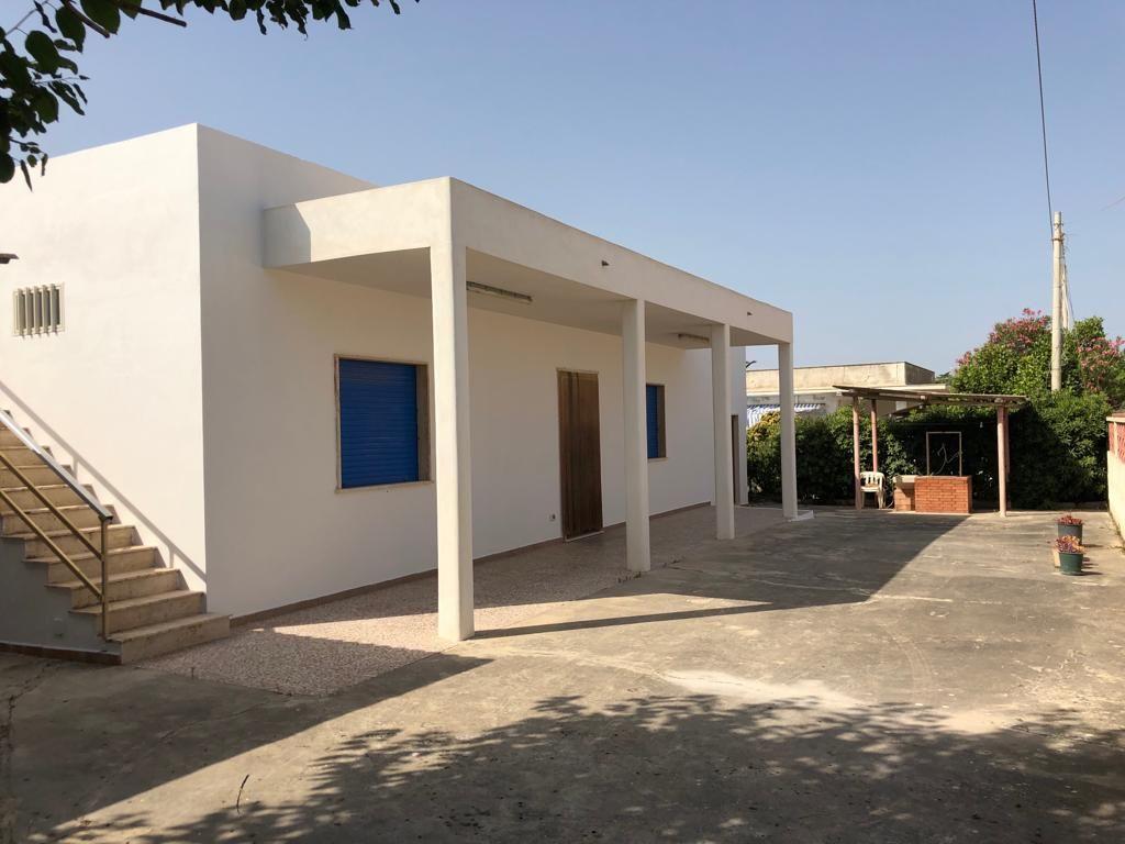 Villetta singola di 135 mq compresa veranda, con terreno di pertinenza di circa 600 mq. La villa dista dal mare circa 100 metri ed è composta da: cucina grande,soggiorno,3 camere da letto e bagno.  ...