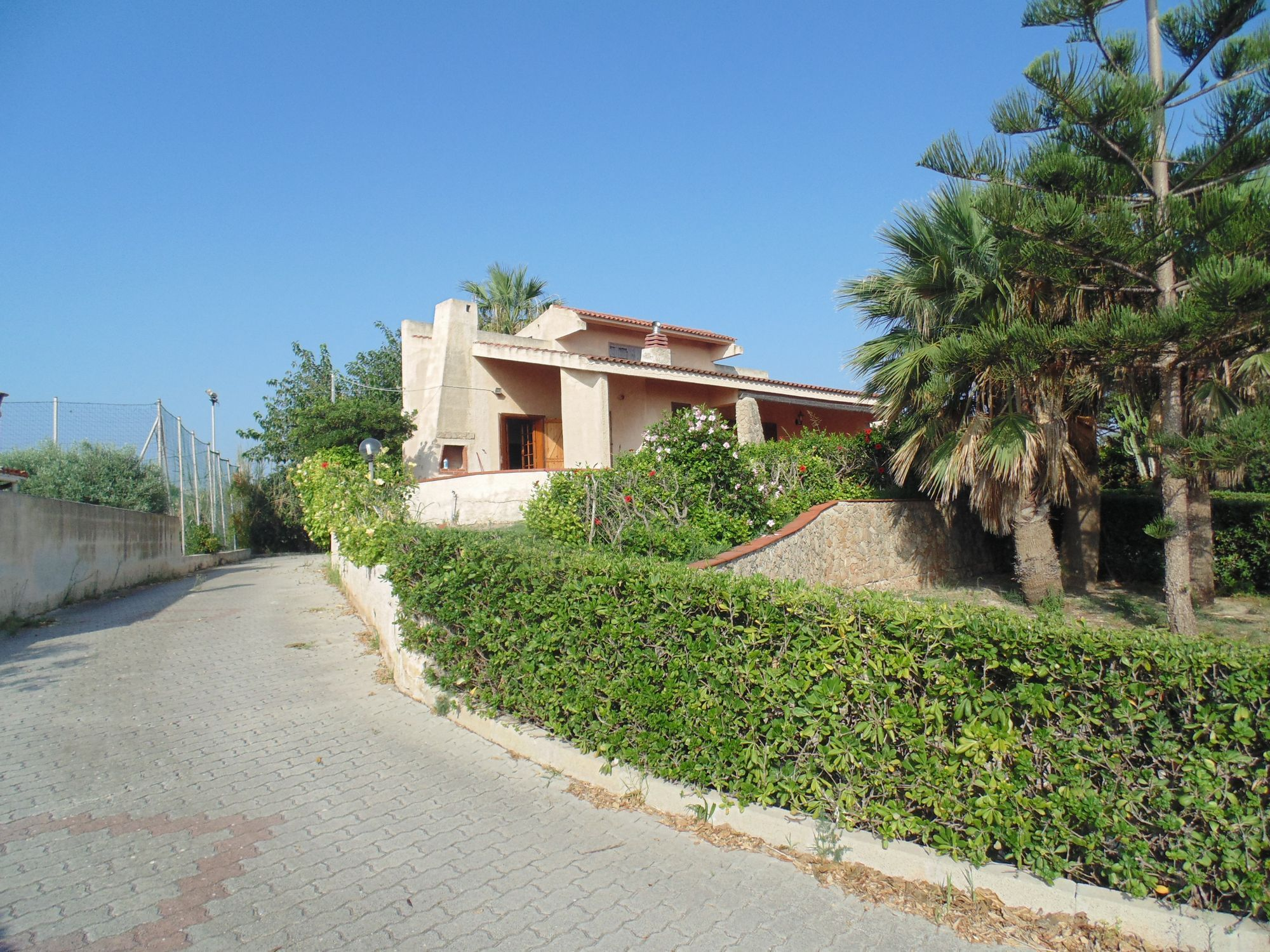 Villa fronte mare con terreno di pertinenza di circa mq 2500. L