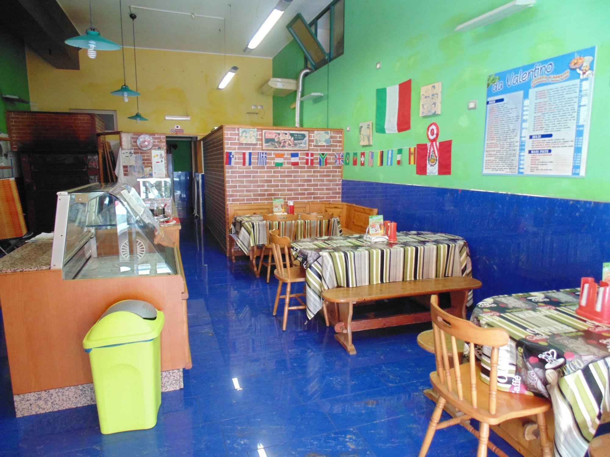 Attività commerciale ristorante-pizzeria, zona centralissima con un buon avviamento.  ...