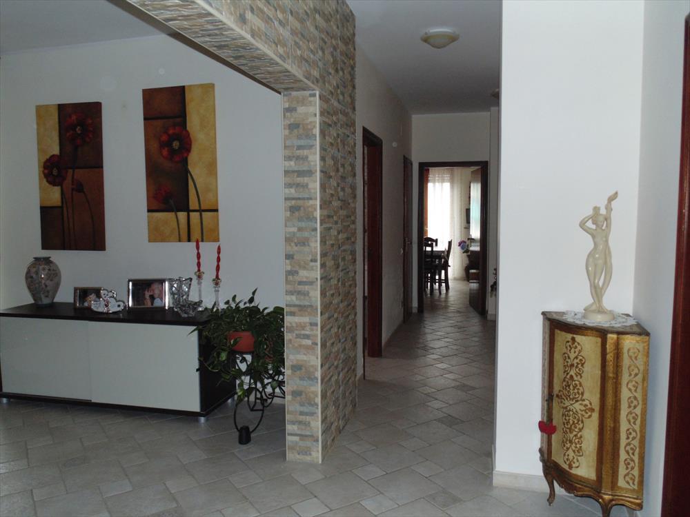 Appartamento al primo piano di 130 mq, finemente ristrutturato. Si compone di cucina, soggiorno, due camerette, una camera matrimoniale, due bagni e lavanderia. Garage di 40 mq. L