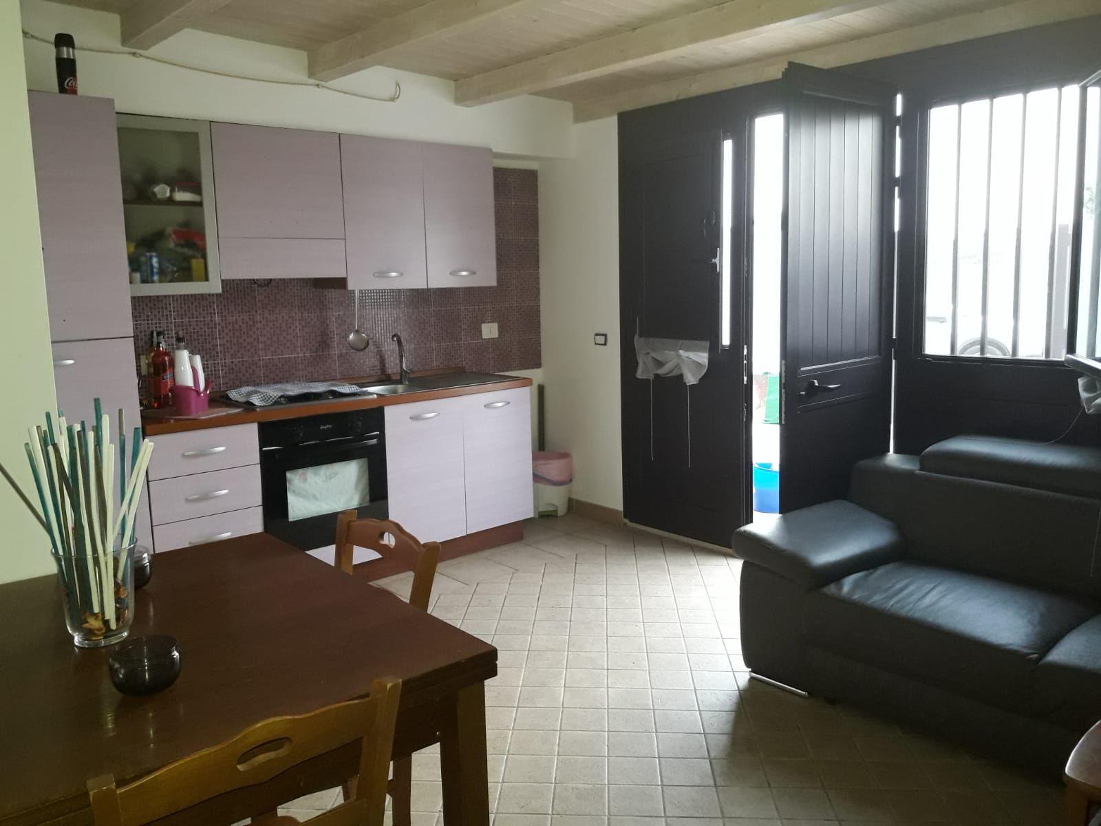 Appartamento di circa 70 mq, al piano terra con 2 verande, provvisto di cucina-soggiorno e predisposizione per una seconda cucina, 2 bagni, 2 camere da letto, locali climatizzati e forniti di zanzariere. E