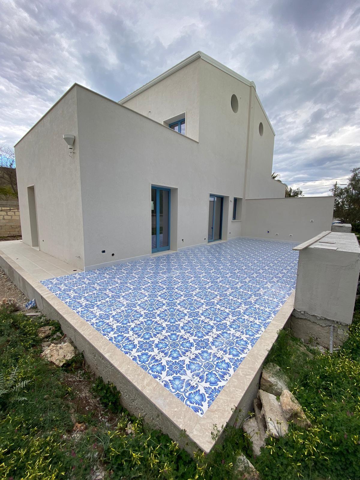 Tre appartamenti di nuova costruzione di mq 54 cadauno, di cui due posti al piano terra ed uno al pr  ...