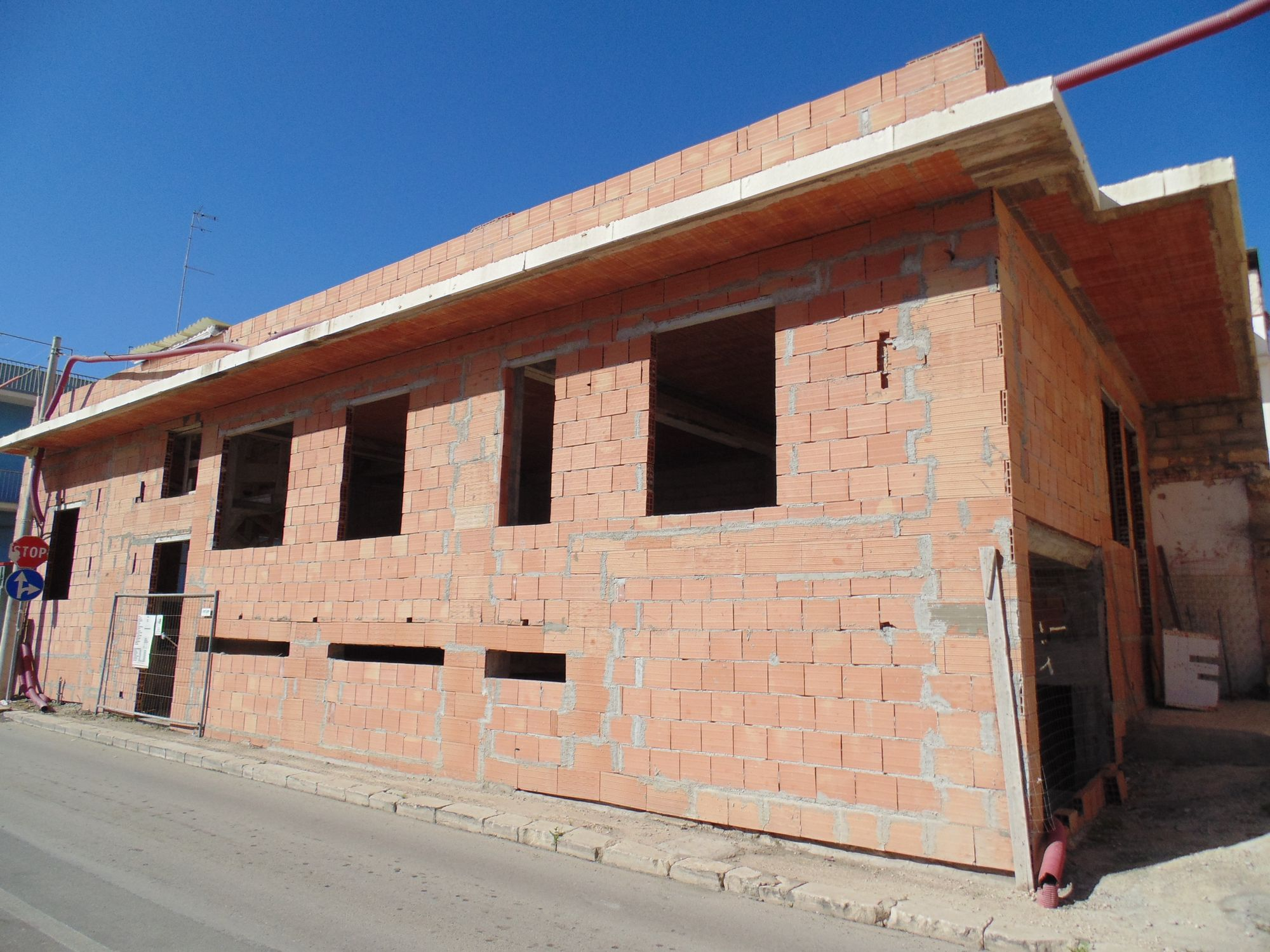 Casa singola in fase di costruzione, in zona centrale e a poca distanza dal mare. Il piano terra e il terrazzo sono di mq 120 circa e il garage è di mq 75.  ...