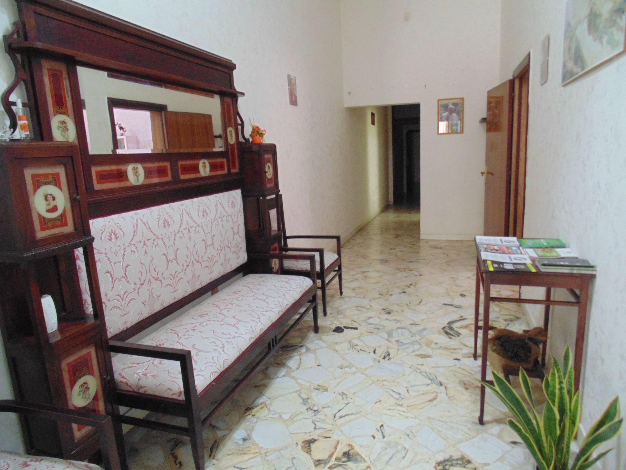 Casa indipendente in zona centrale, al piano terra di circa mq 150, in buone condizioni. L