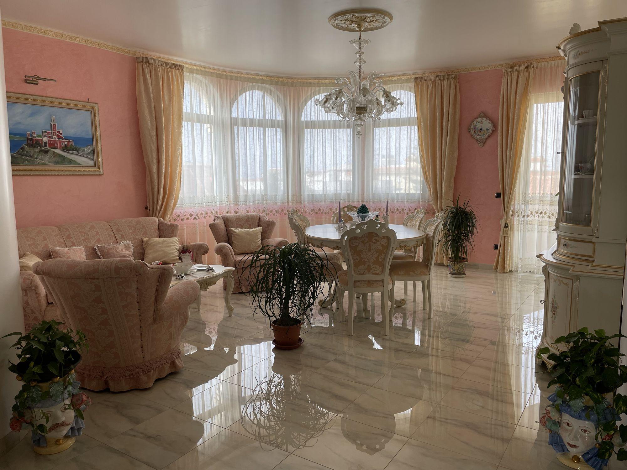 Luminoso ed elegante appartamento al secondo piano in uno stabile di soli tre appartamenti in tutto.  ...