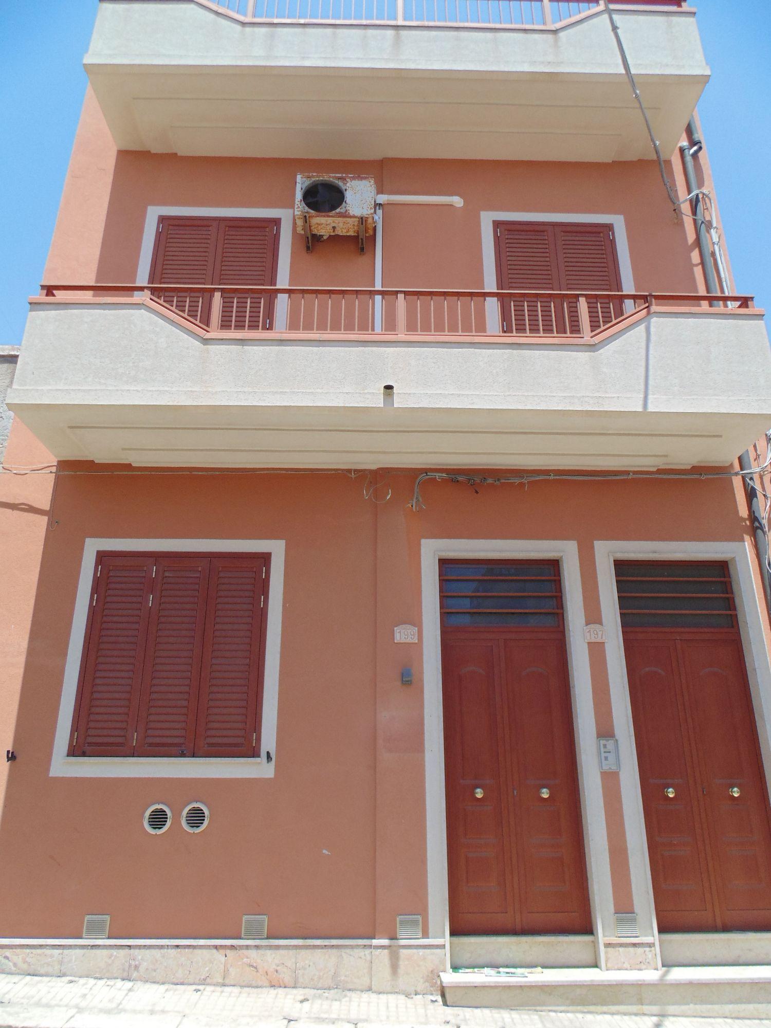 Palazzina di circa mq 200 escluse le terrazze, su tre livelli, in ottime condizioni, con piano terra predisposto per studio dentistico,mentre il primo e il secondo piano adibiti ad abitazione. L