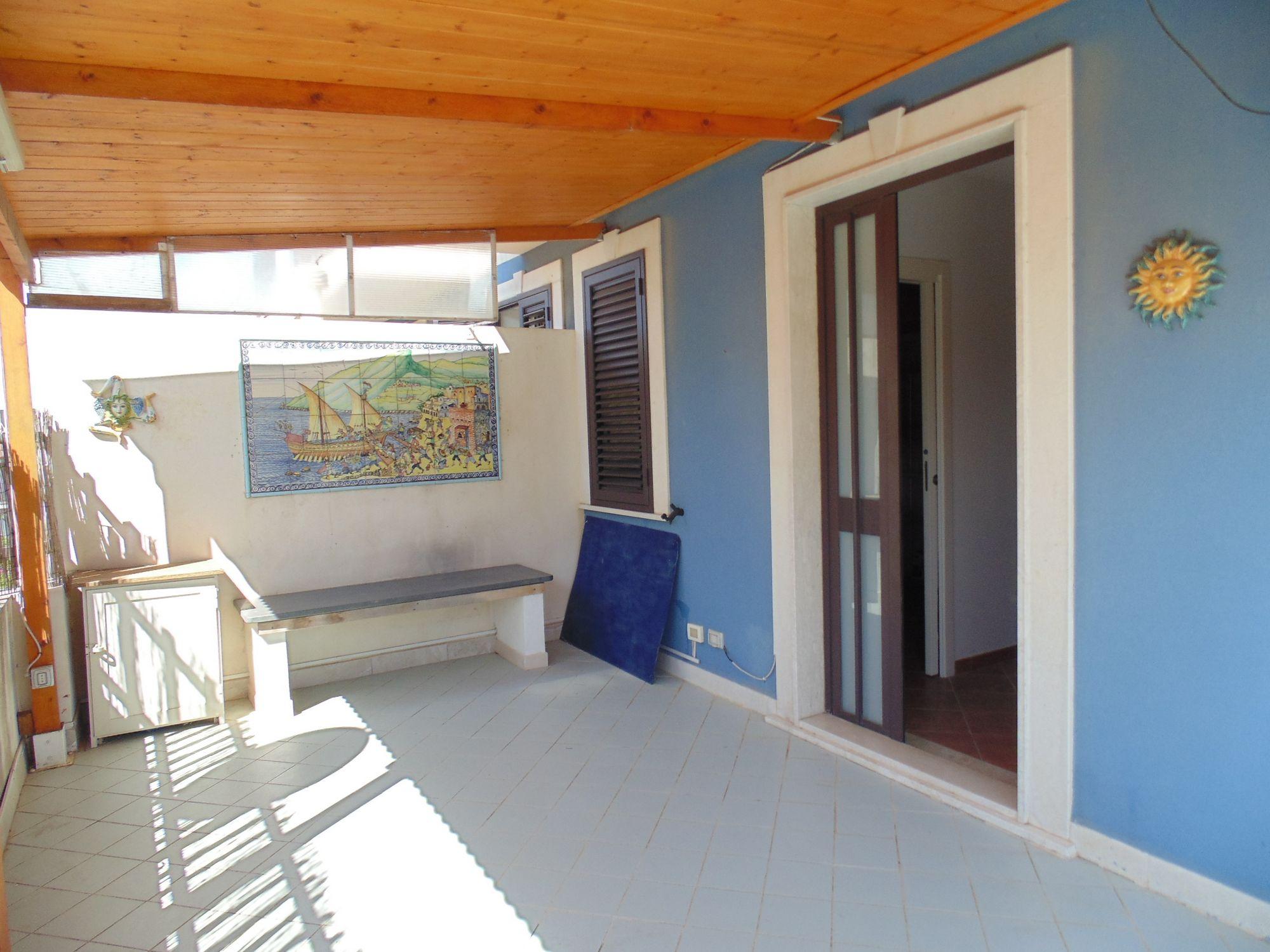 Appartamento di circa 45 mq, di recente costruzione, con area esterna di pertinenza esclusiva, attrezzata con barbecue. Si compone di una cucina abitabile, una camera da letto matrimoniale e un bagno.    ...