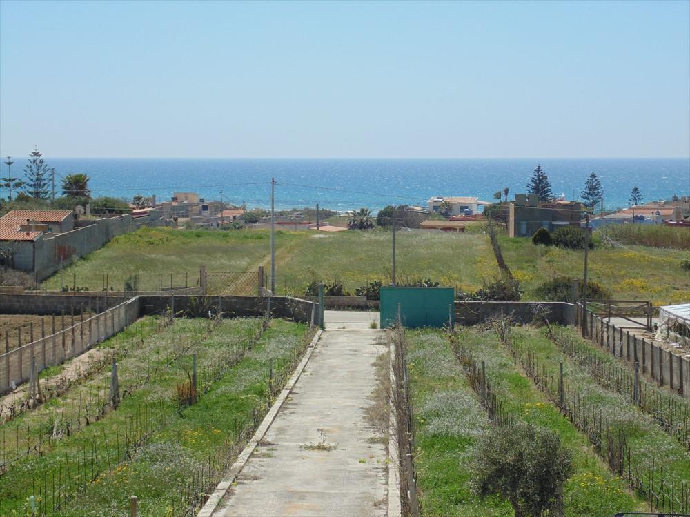 Villa da ristrutturare in zona Isola delle Correnti, con splendida vista mare e terreno di circa mq 6.000 coltivato a vigneto e uliveto   ...