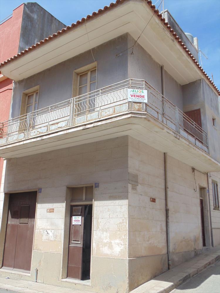 Casa indipendente di 120 mq su tre livelli. Il piano terra si compone di garage, cucina-soggiorno e un piccolo bagno. Al primo piano si trovano due camere da letto e bagno. Al secondo piano una stanza e terrazzo.  ...
