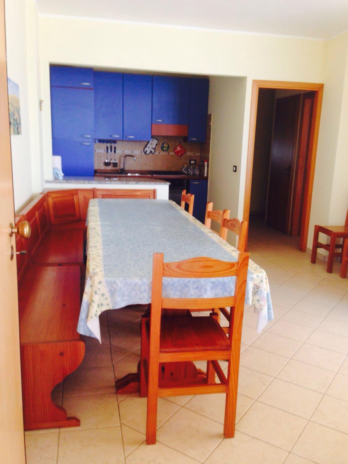 Appartamento fronte mare, di circa 90 mq, sito a Marzamemi. Si compone di cucina-soggiorno, tre camere da letto, bagno, ripostiglio e veranda.  Con posto auto riservato.   ...