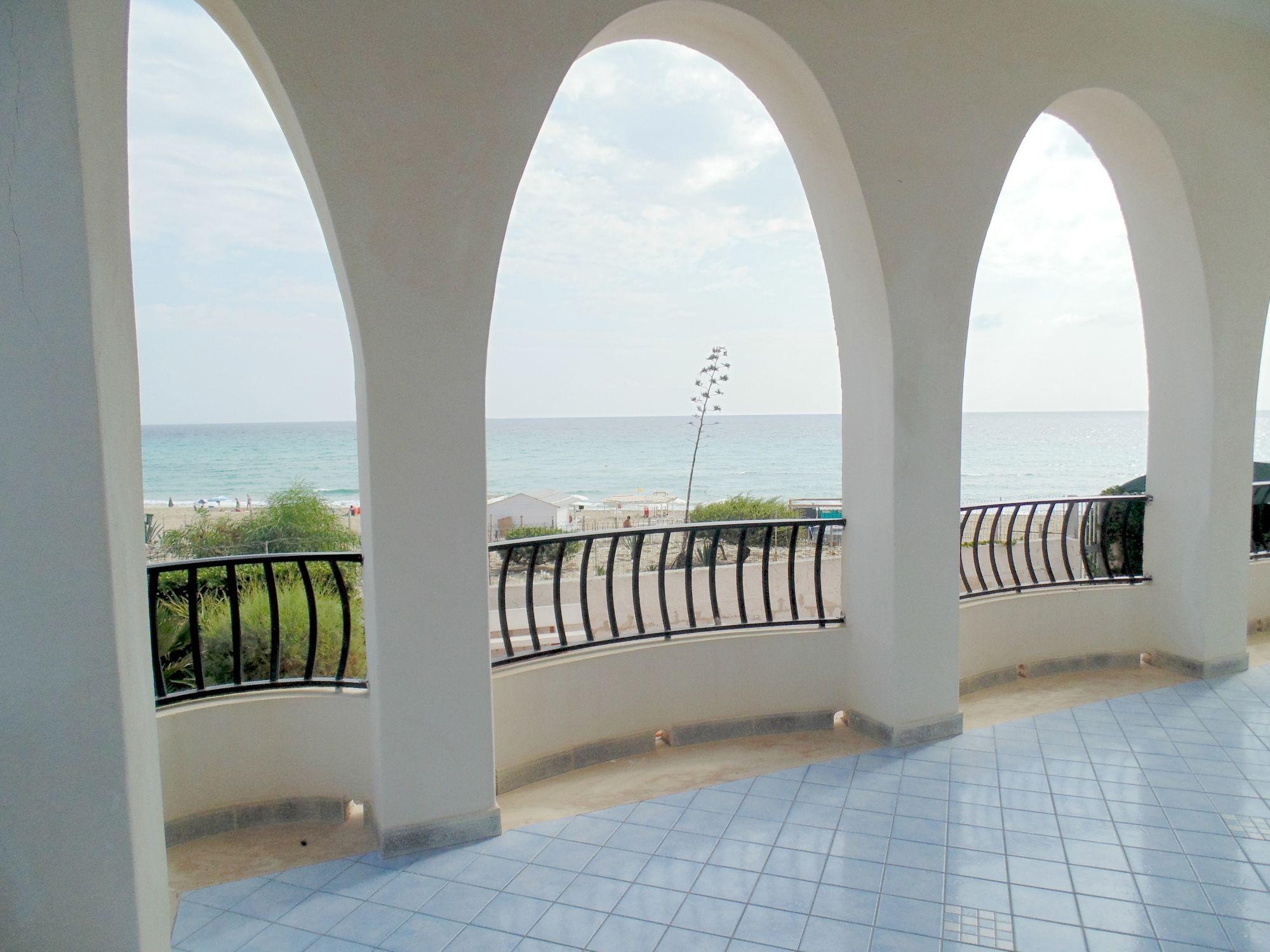 Villa fronte mare, unica nel suo genere, con grandi spazi esterni e vista spettacolare.  L
