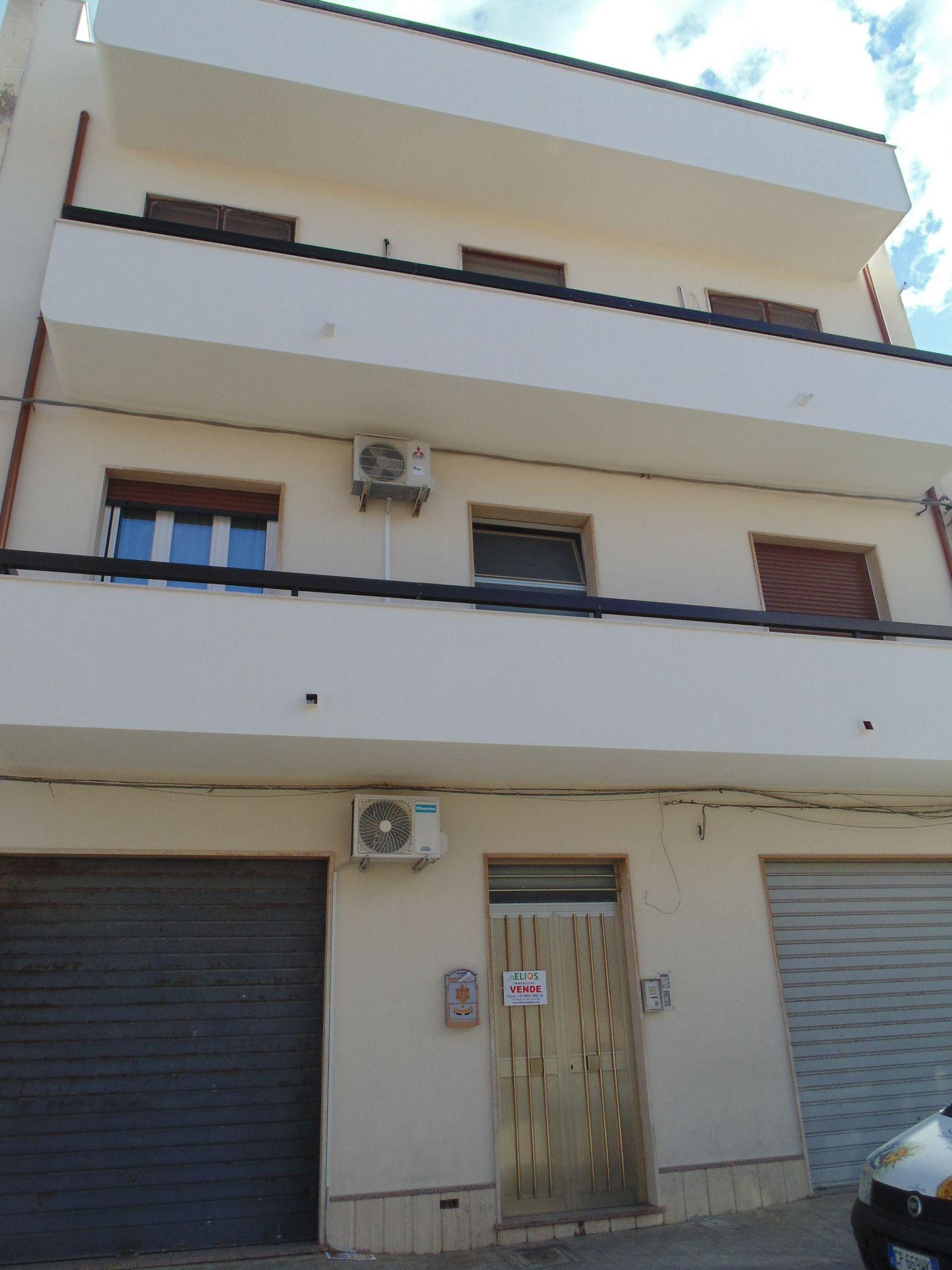 Appartamento di 160 mq circa, situato in zona centralissima, al secondo piano, con stupenda vista mare, dal quale dista circa 300 m. Si compone di ingresso, ampia cucina, soggiorno, tre camere da letto, due bagni, balconi e terrazzino al piano, con vista mare.  ...