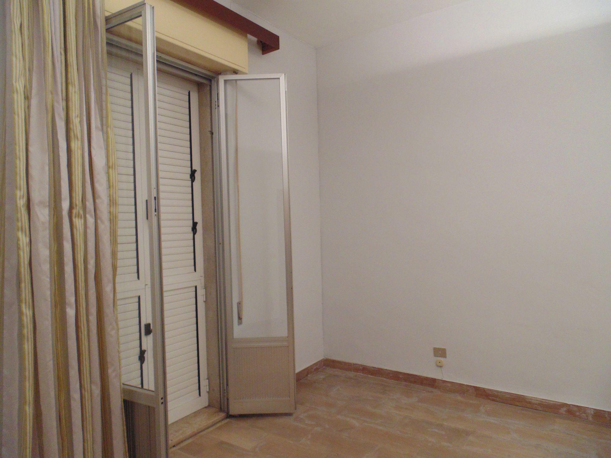 Locale al piano terra in affitto per ufficio, composto da tre stanze e un servizio. Prezzo: € 300,00 al mese.  ...