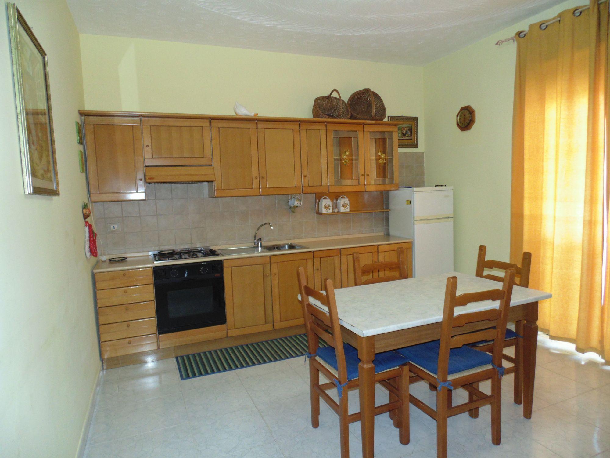 Appartamento  in ottime condizioni, piano rialzato ,composto da ingresso, cucina-soggiorno, camera m  ...