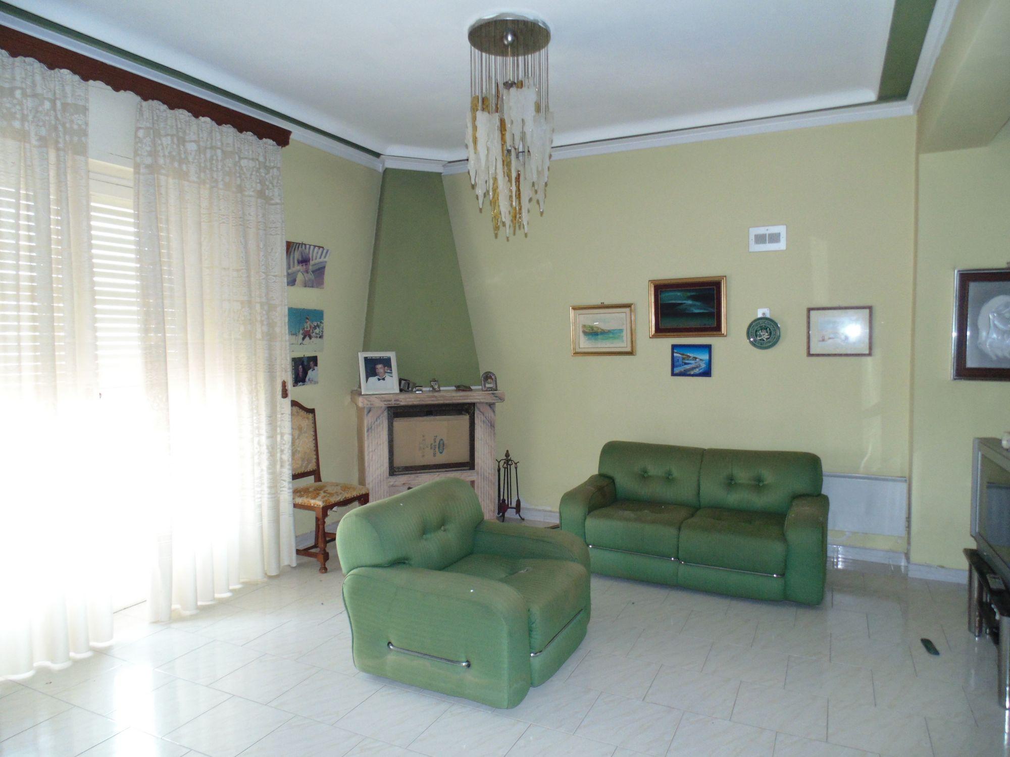 Appartamento al 4° piano,  in prossimità del centro città, composto da: cucina, soggiorno, salotto,   ...