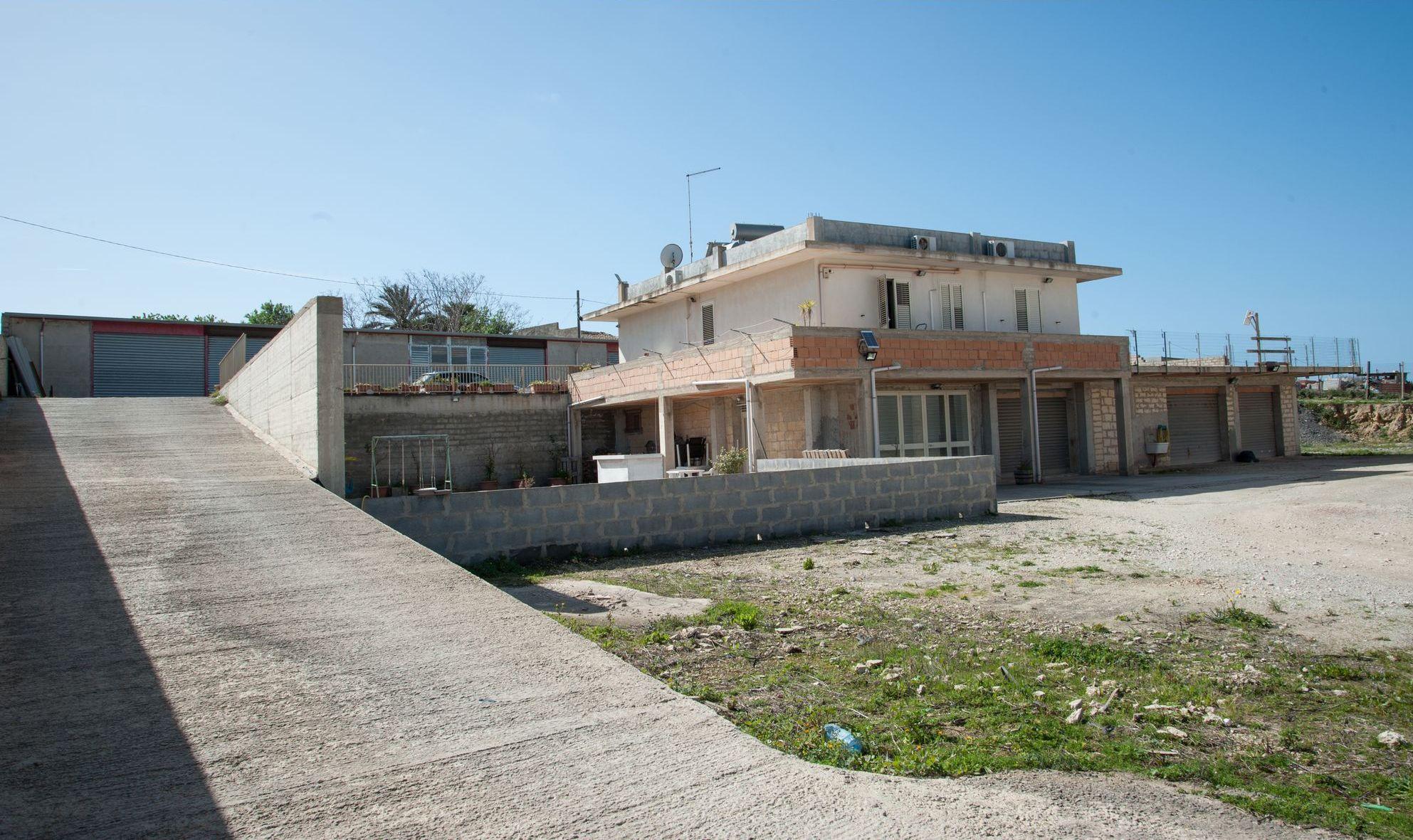 Casa indipendente su due livelli di 120 mq circa ciascuno: al piano terra vi è un locale che può ess  ...