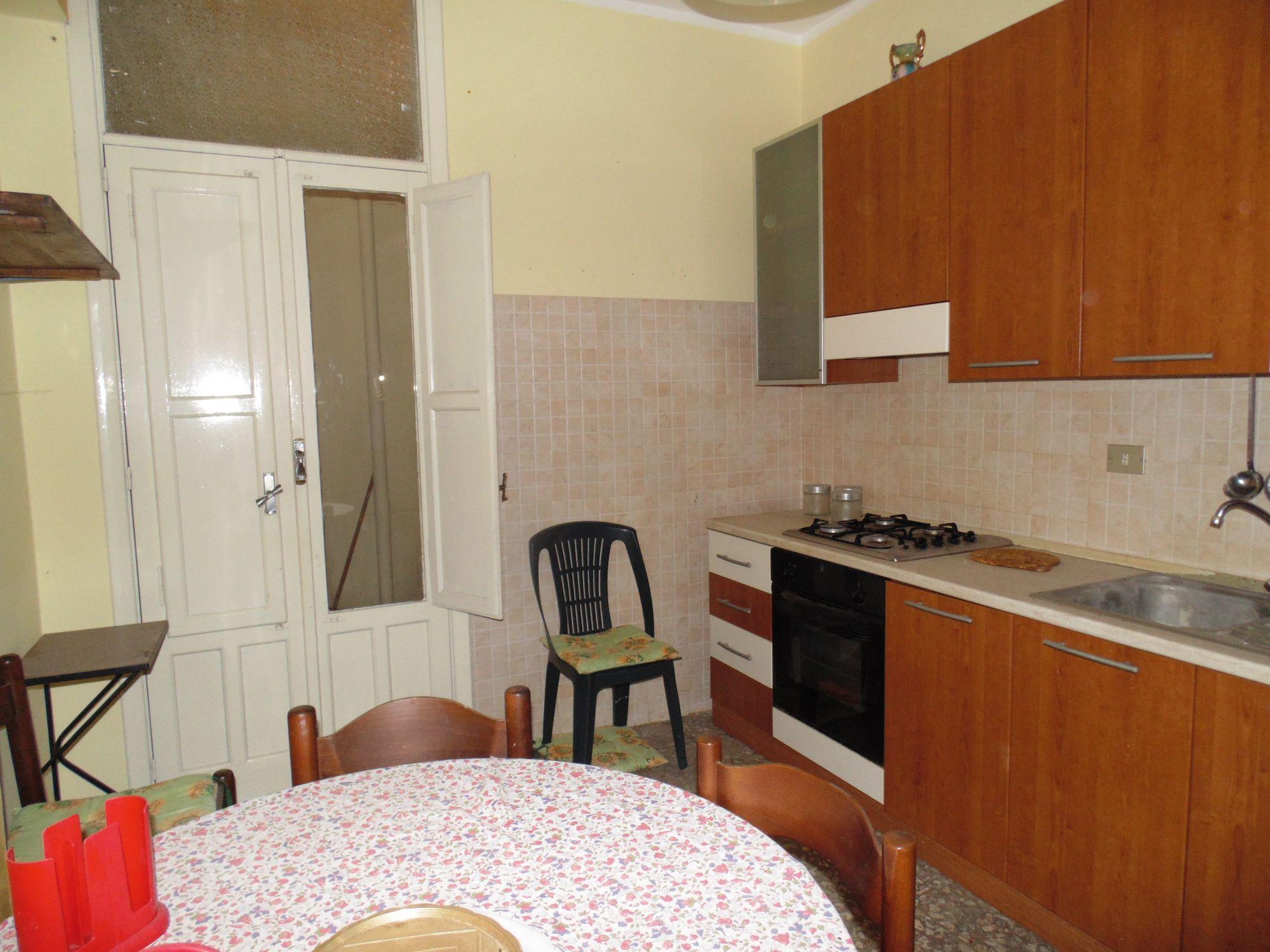 Appartamento al piano terra di 100 mq circa, composto da: ingresso, cucina, soggiorno, camera matrimoniale, cameretta, bagno.  ...