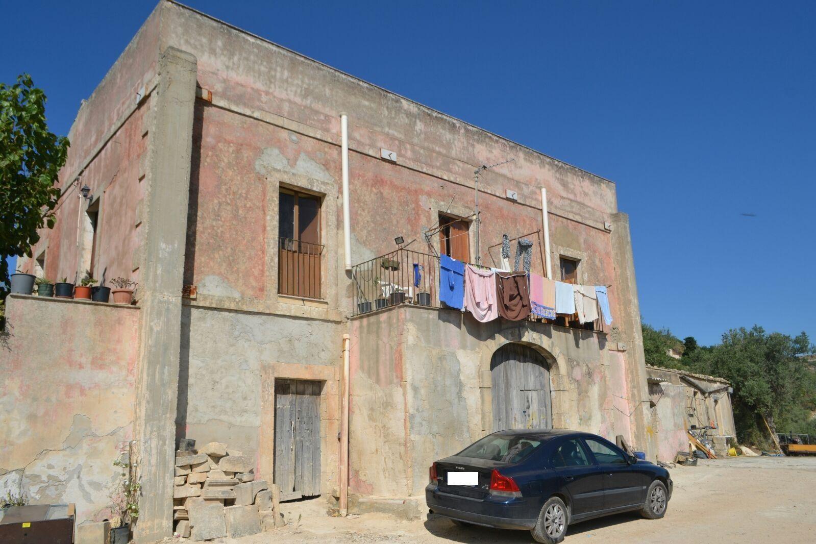 Antico caseggiato di circa mq 500, in zona panoramica con vista mare. La proprietà comprende circa 11 ettari di terreno e altri due rustici da ristrutturare   ...